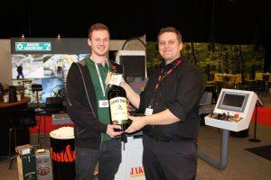 Tillykke til Bent Buus Hansen fra BC værktøj Skive A/S som blev tirsdagens vinder.  På billedet ses kollega Anders Dalgas som tager imod flasken.